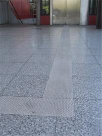 Ohjaava raita lattiassa, joka ohjaa metroaseman hissille.