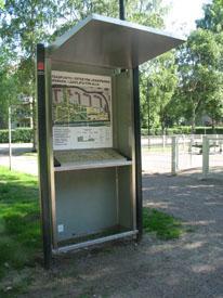 Kohokartta puiston reunalla.