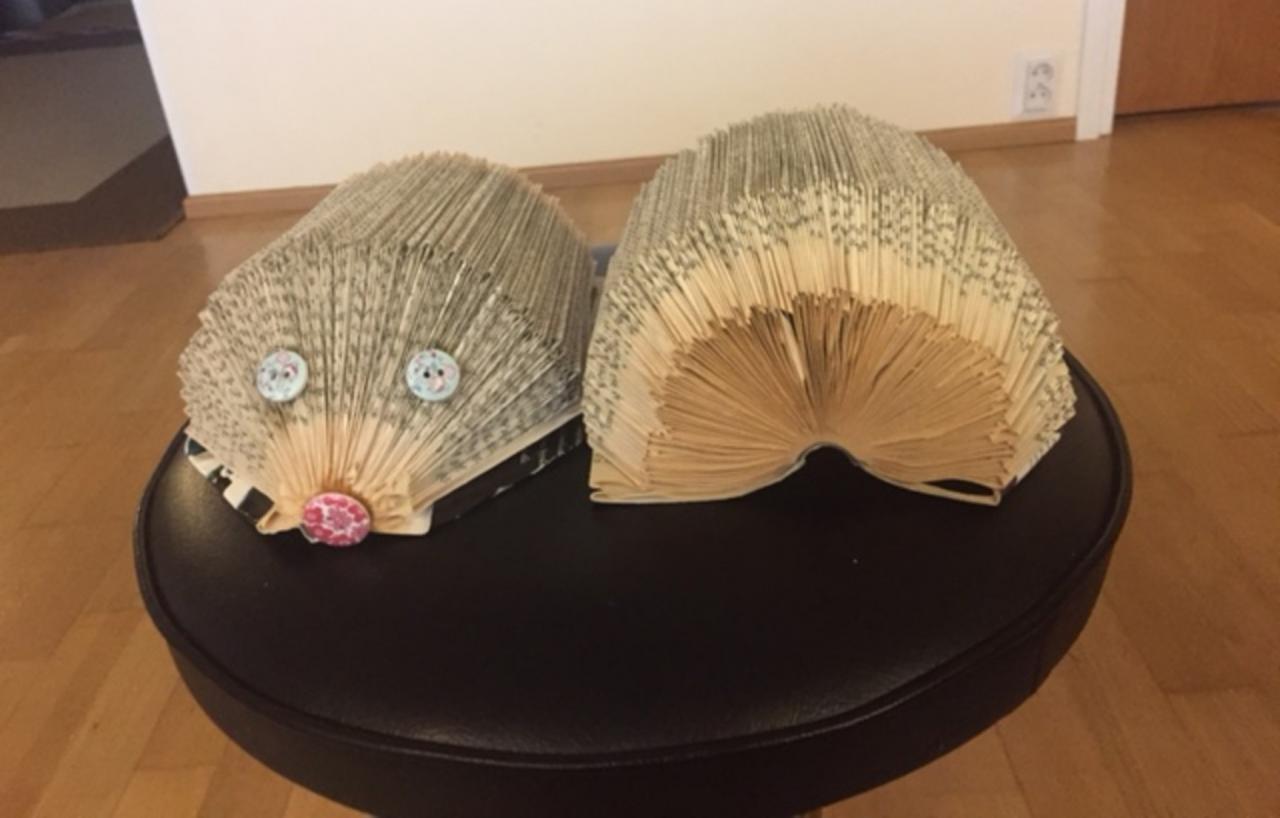 Kirjansivuista taitellut kirjasiilit, joihin on lisätty napit silmiksi ja nenäksi. Kuvassa siilit edestä ja takaa kuvattuna