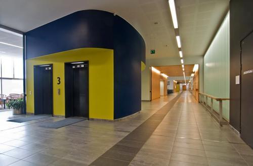 Iiris-keskuksen pääkäytävä, jossa on tumma raita lattiassa ja katossa ohjaava valaisinlinja.