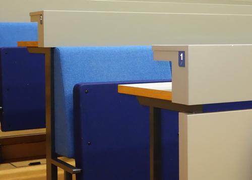 Auditorion istuimien merkinnät.