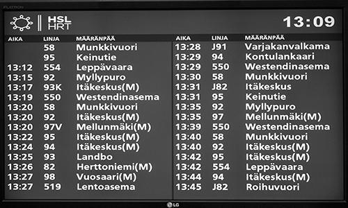Mustavalkoinen kuva bussiaikataulunäytöstä.
