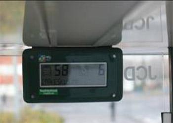 Bussipysäkillä oleva näyttölaite, jossa näkee linja-auton numeron ja montako minuuttia linja-auton tuloon vielä on.