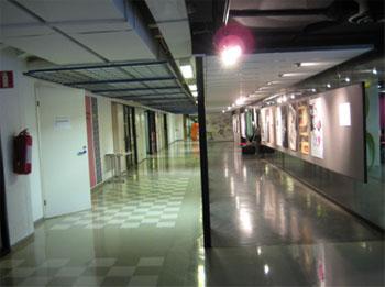 Kaksi erilaista käytävää, joissa on lattiapinnat, joista valot peilautuvat.