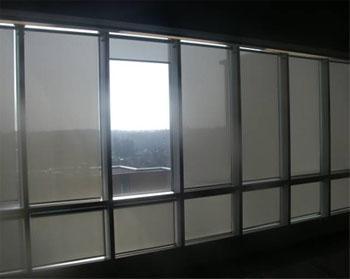 Ikkunarivistö, jossa ikkunaruutujen edessä on kaihtimet. Yhden ruudun kohdalla on kaihdin vedetty ylös ja ruudusta tulee sisään kirkasta valoa.