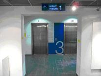 Hissien ovien kohdalla oleva kerrosopaste, jossa on isolla numero kolme.