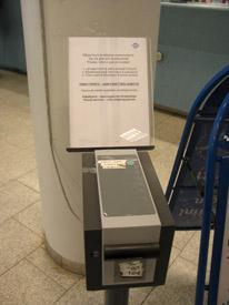 Lipukeautomaatti, josta voi ottaa vuoronumeron.
