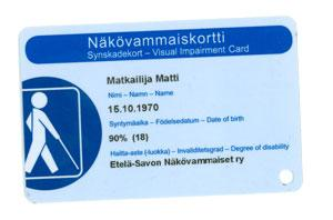 Näkövammaiskortissa on sininen pohjaväri ja siinä lukee nimi, syntymäaika sekä haitta-aste. Kortin vasemmassa reunassa on näkövammaismerkki.