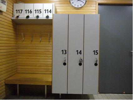 Iiris-keskuksen pesutilojen pukukaapit, joissa on selkeästi erottuvat numerot.