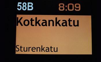 Bussin sisällä oleva pysäkkinäyttö, josta näkee bussin numeron, kellonajan ja seuraavat pysäkit.