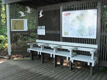 Sadekatos, jonka alla on valkoiset penkit ja seinillä kartta sekä kohokartta.