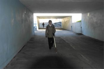 Nainen kävelee alikulkutunnelissa.