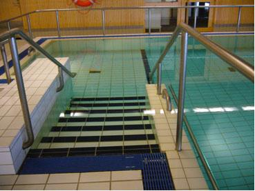 Uima-altaaseen johtavat portaat.