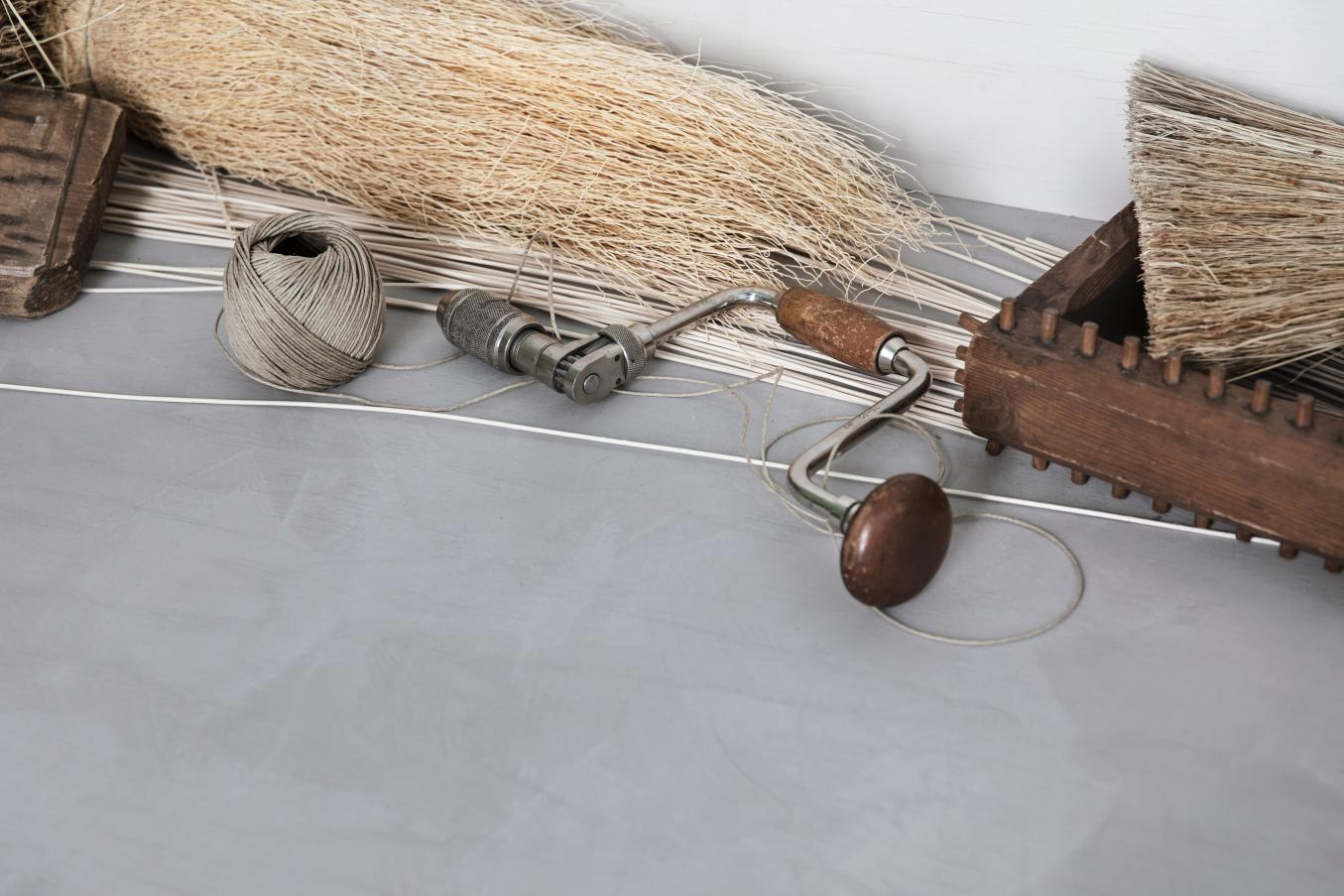 Perinteisiä näkövammaiskäsityön työvälineitä ja -materiaaleja muun muassa haukisiimaa, rottinkia ja riisinolkea.