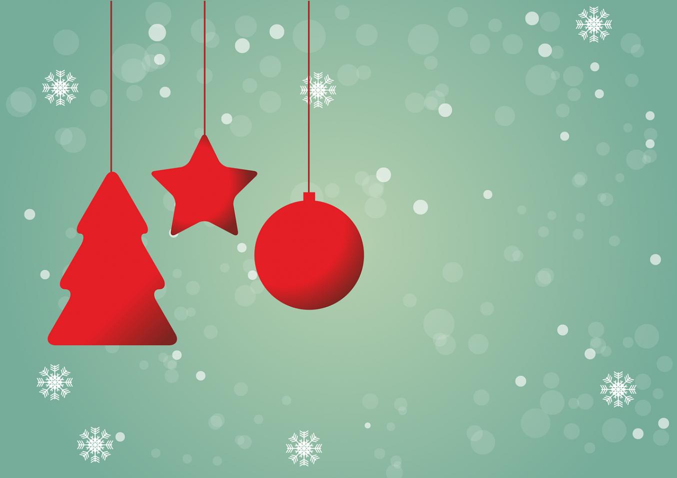 Lumihiutaleita ja punaisia joulukuusenkoristeita.