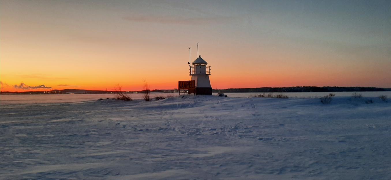 Siilinkarin apuloistotorni, taustalla punainen taivaanranta auringon laskiessa