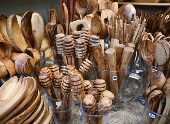 Erilaisia puusta tehtyjä esineitä.