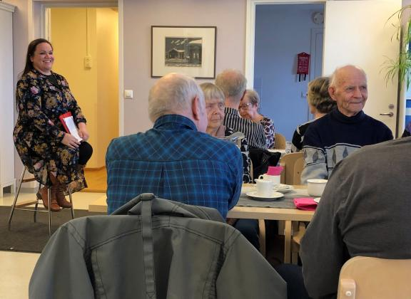 Näkövammaiskerhon jäsenet kuuntelemassa oikeuksienvalvojan luentoa.